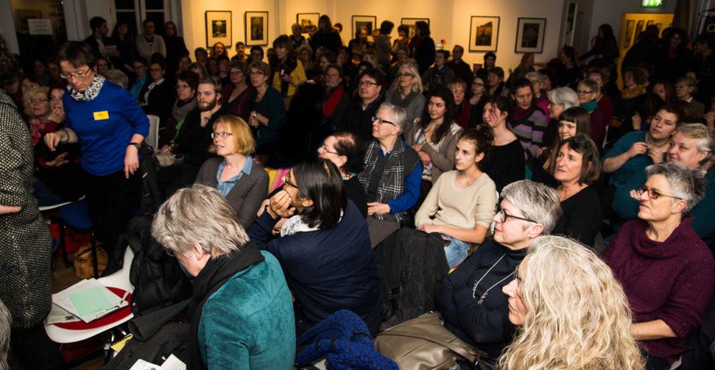 Zahlreiche Menschen kamen zur baf-Veranstaltung mit Jung-Feministin Wizorek und Alt-Feminstin Maurer in den Saal des d.a.i. © baf e.V.