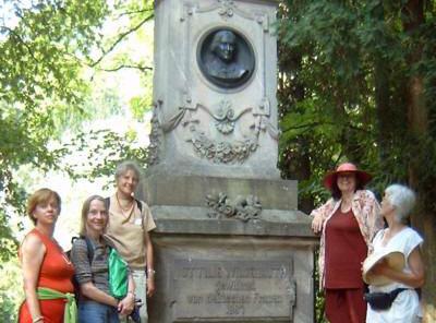 Stadtrundgang baf e.V. vor Wildermuth-Denkmal