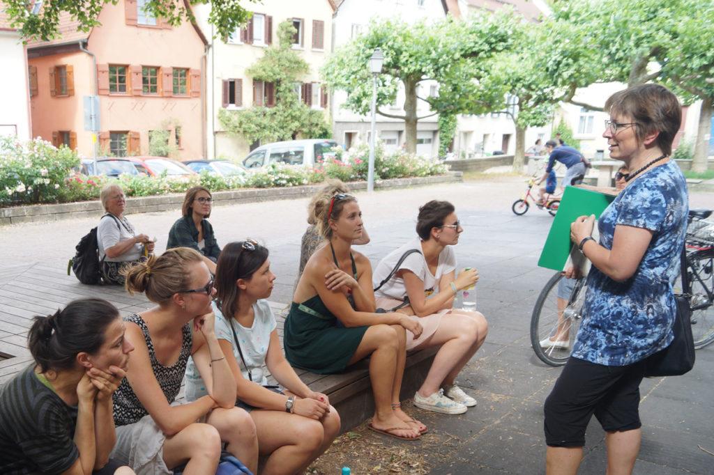Frauen beim Stadtrundgang in der Tübinger Unterstadt