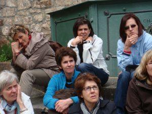 Gebannte Zuhörerinnen sitzen nebeneinander beim Stadtrundgang.