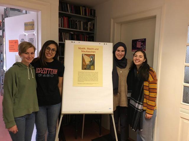 Viele Besucher*innen bei der Plakat-Ausstellung: Mystik, Macht und Maultaschen – Nonnen im Mittelalter